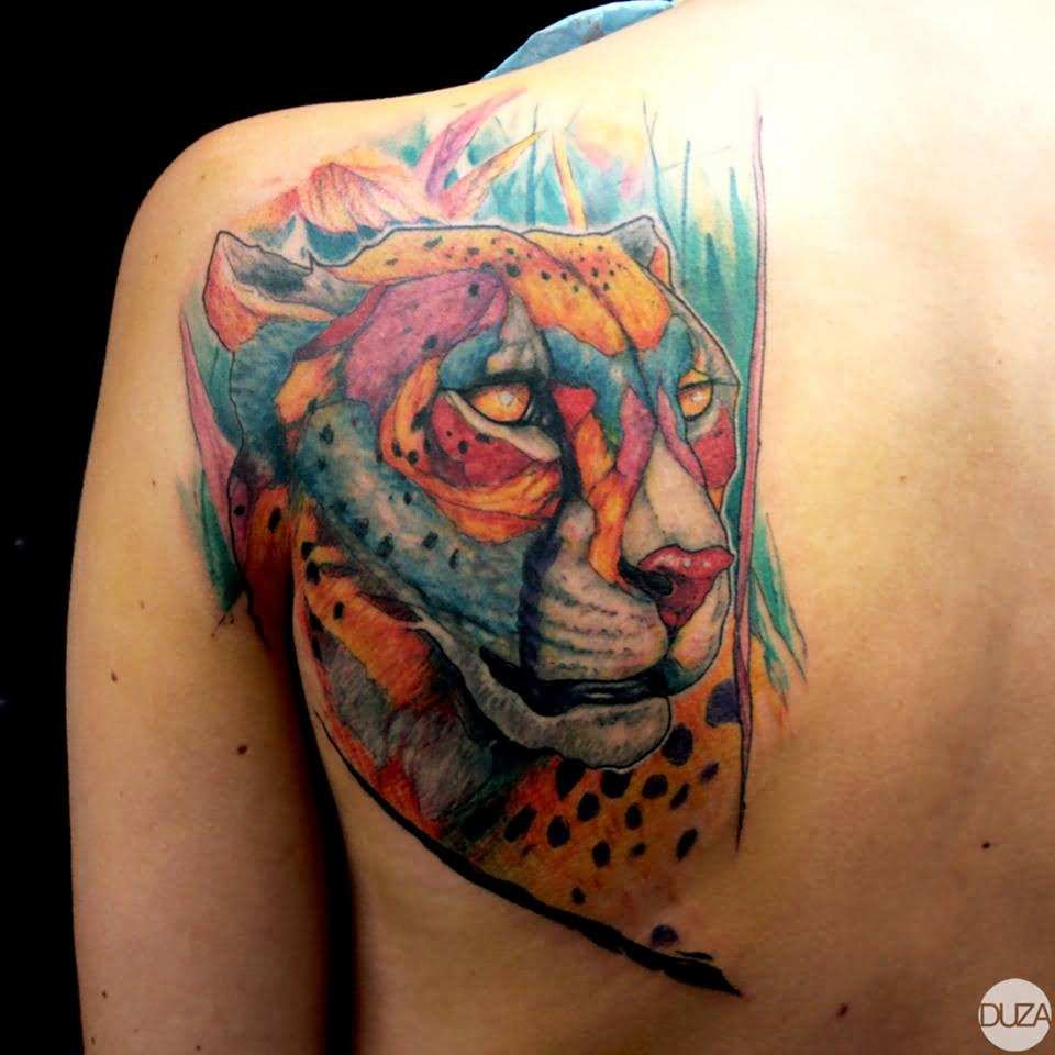 Tatuagem de leoa e mistura de tigre localizada nas costas
