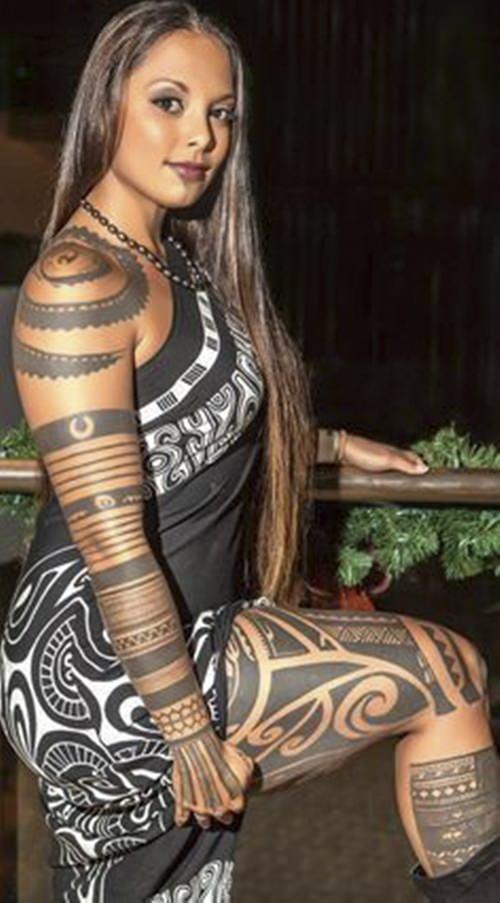 Tatuagem feminina Maori feita no corpo quase todo