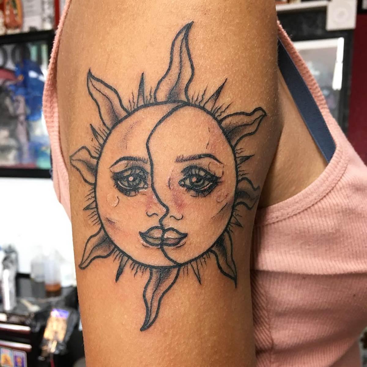 Tatuagem mística do sol no braço