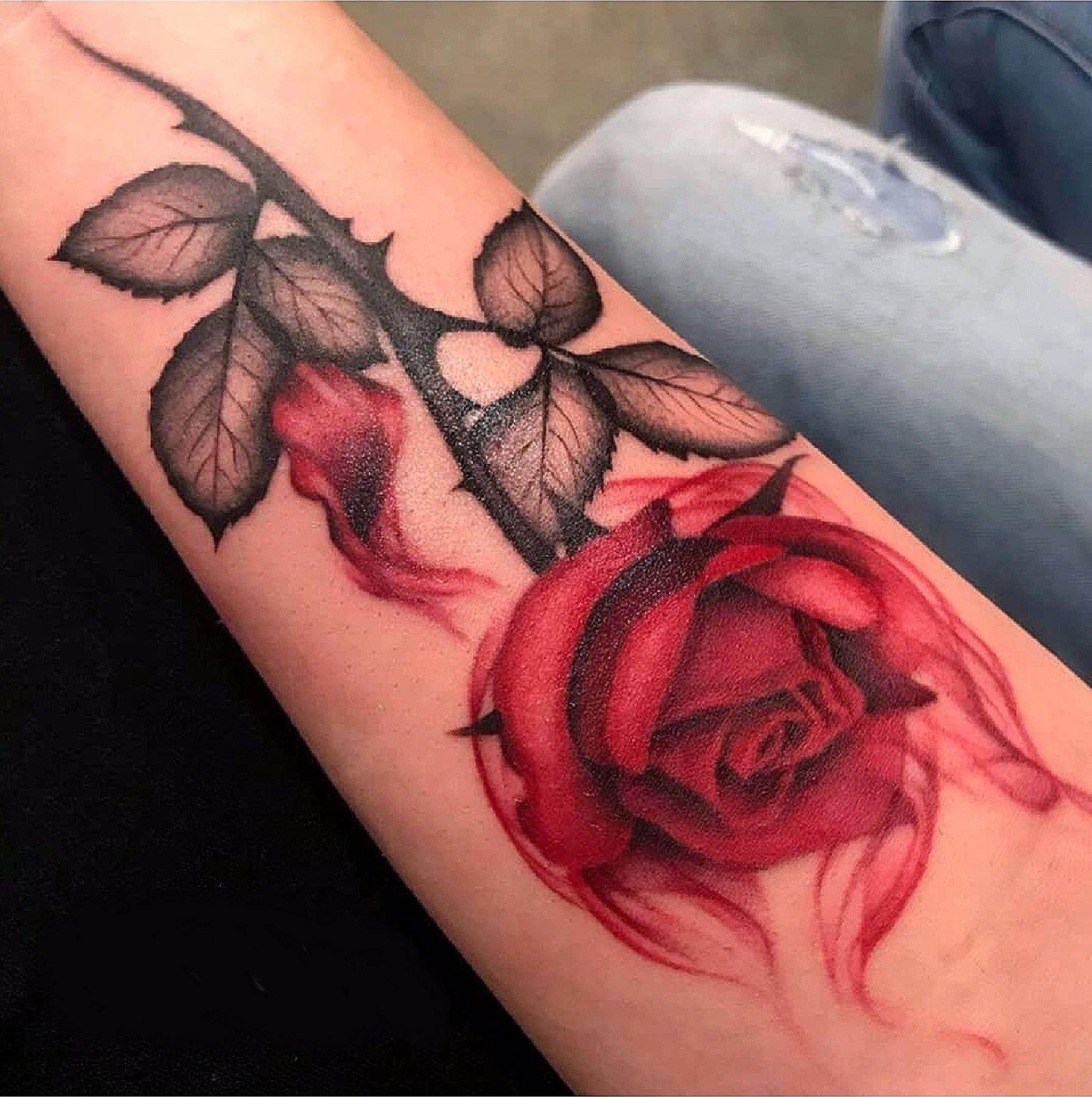 Tatuagem de uma rosa vermelha no braço