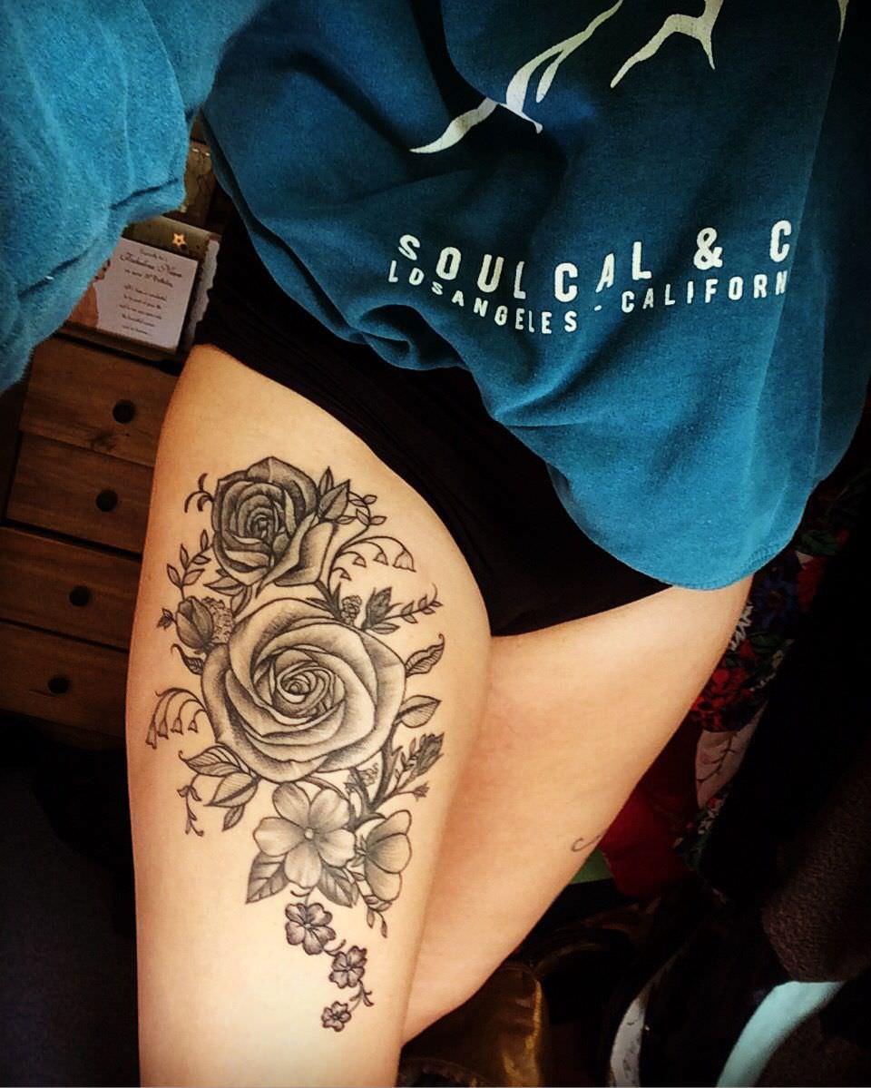Rosas tatuadas na coxa