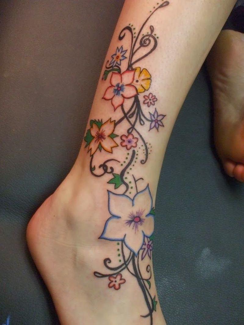 Tatuagem de lindas rosas multicores na perna