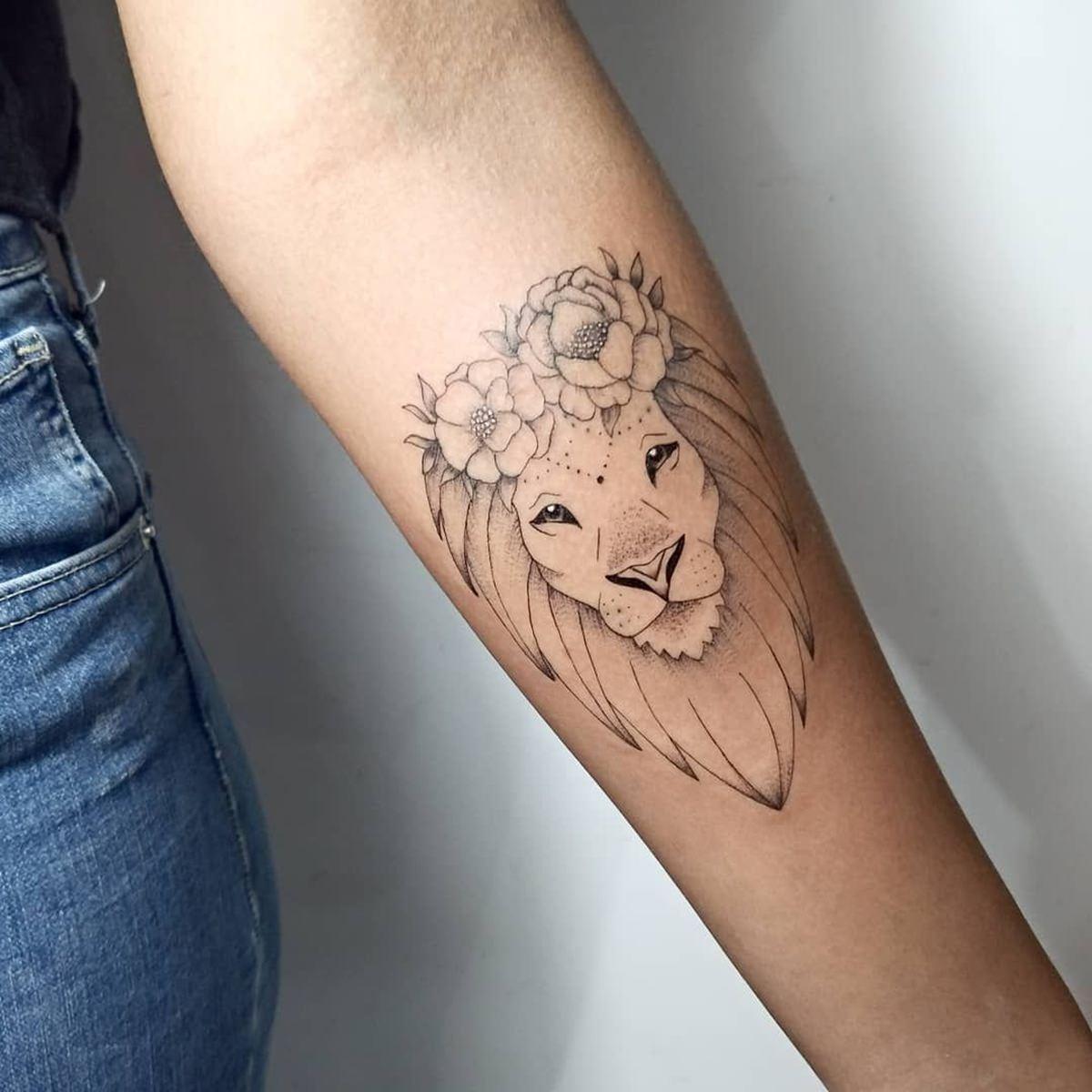 Tattoo feita no braço por quem é do signo de leão
