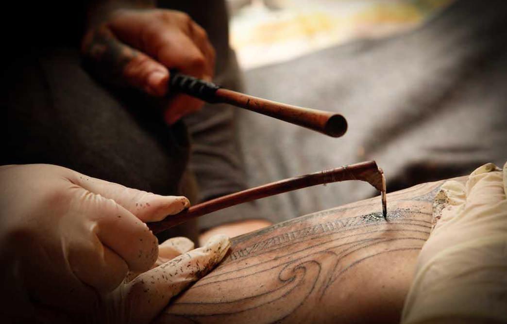 Tribo Maori fazendo tatoo