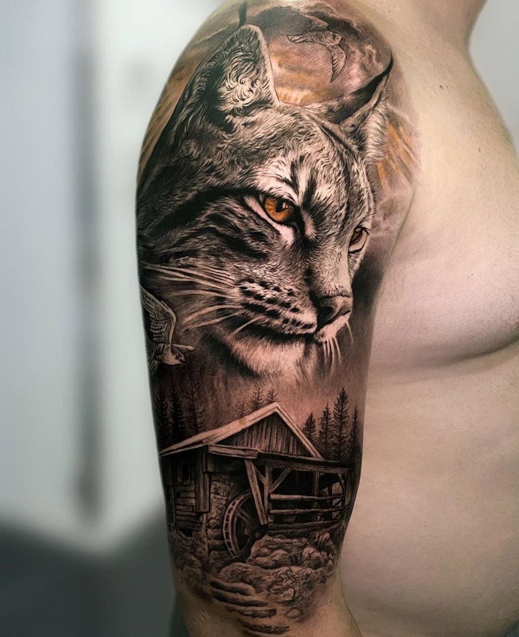Lince tatuado no braço