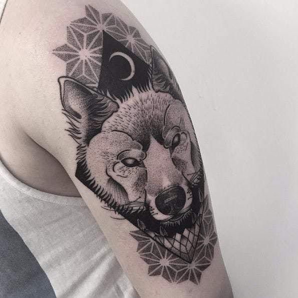 Tatuagem preta de um lobo