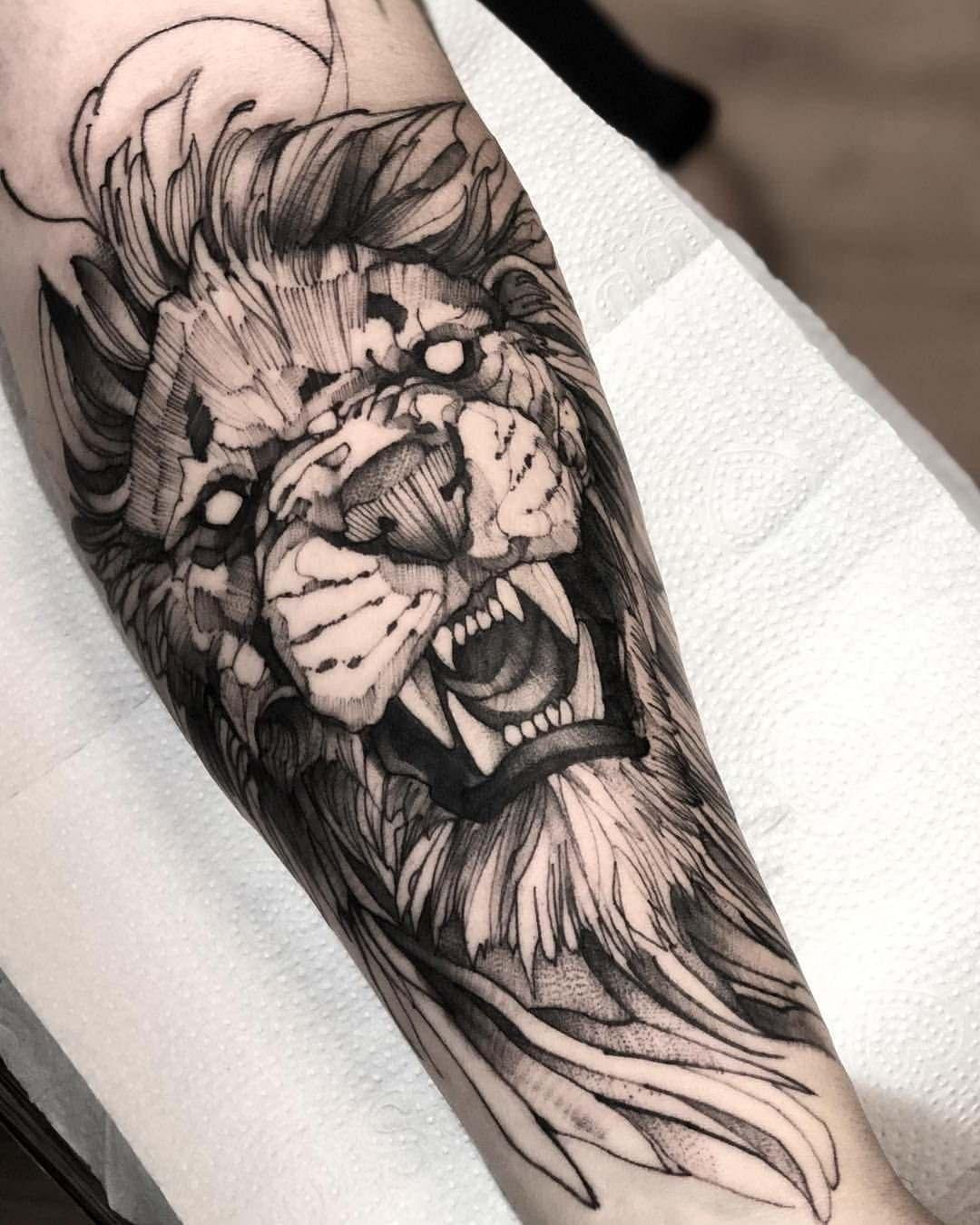Leão tatuado no braço