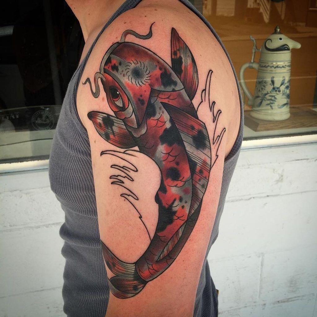 Carpa tatuada no braço