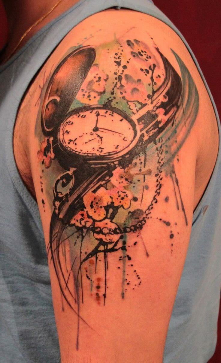 Relógio aquarela tatuado no braço