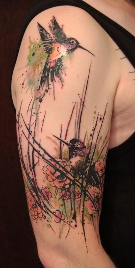 Beija Flor nas cores aquarela tatuado no braço