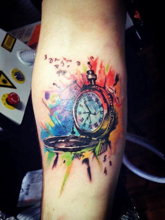 Relógio com lindas cores aquarela tatuado no antebraço
