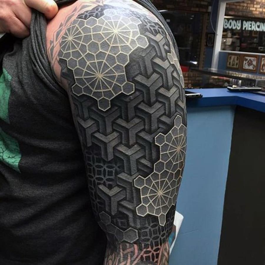 Tatoo estio geometria pegando braço e ombro