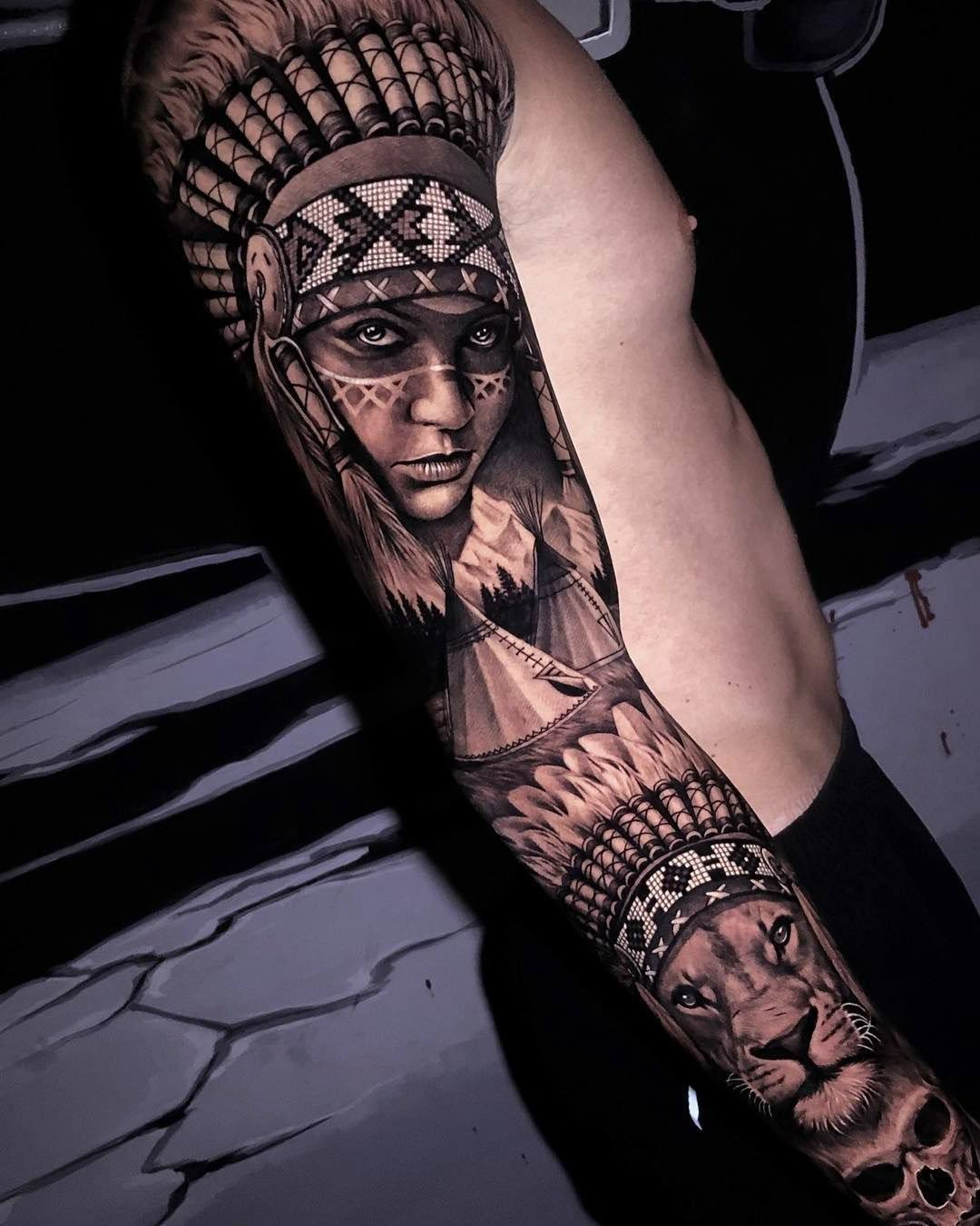 Índia tatuada no braço