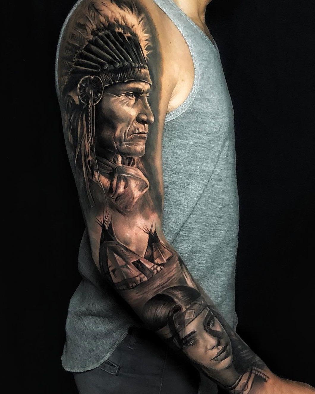 Tatuagem de um índio ancião feita no braço