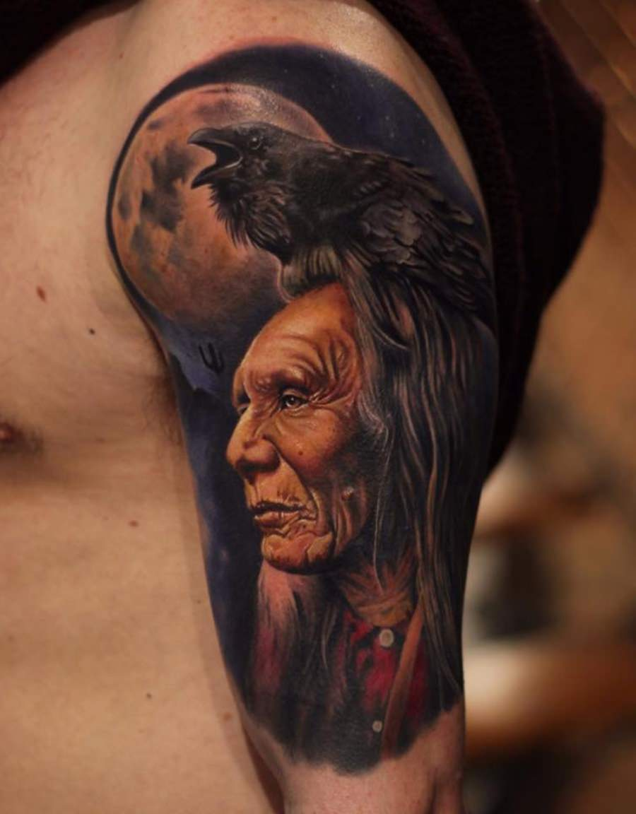 Mestre da tribo tatuada no braço