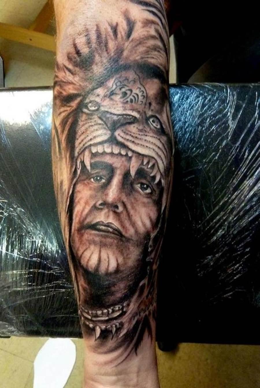 Tattoo de índio usando pele de animal