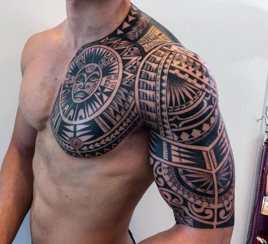 Tatoo Maori pegando o braço e ombro