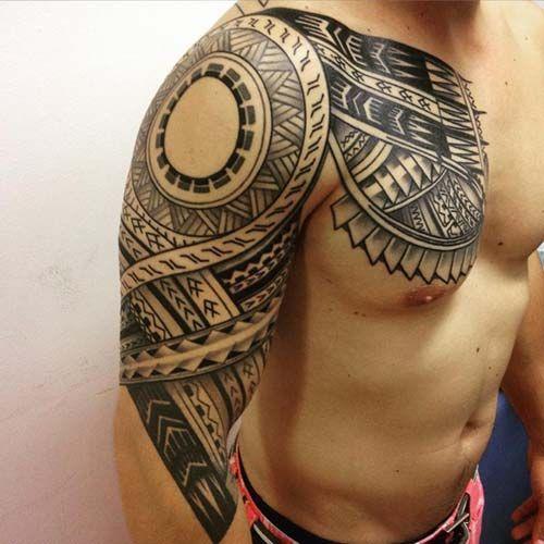 Desenho Maori tatuado no braço