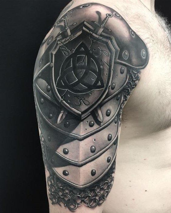 Tatuagem de armadura no braço
