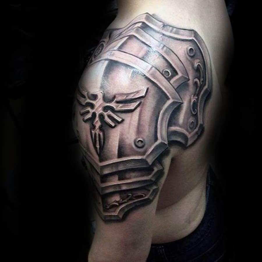 Armadura com fenix tatuada no braço