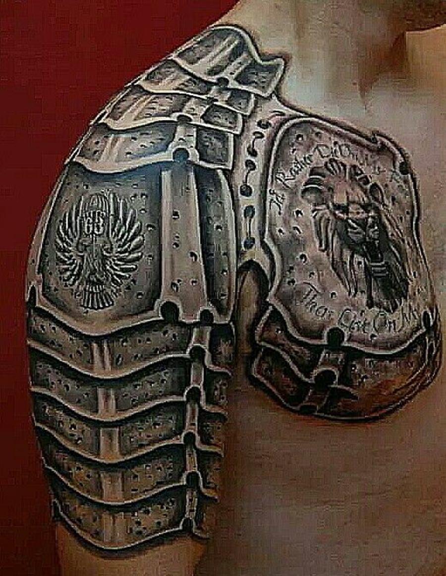 Armadura preta tatuada no braço