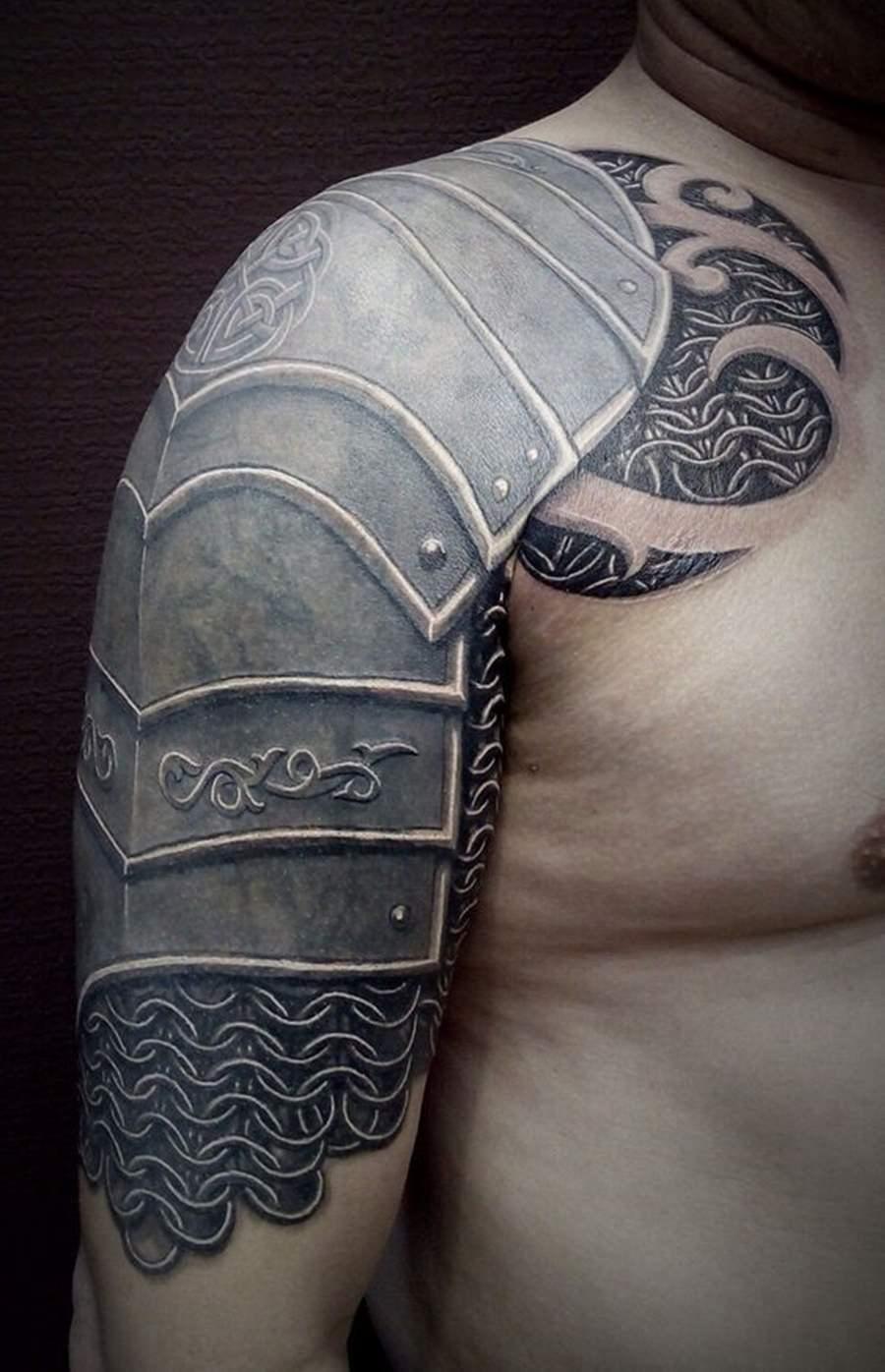 Tatuagens de armadura no braço e ombro