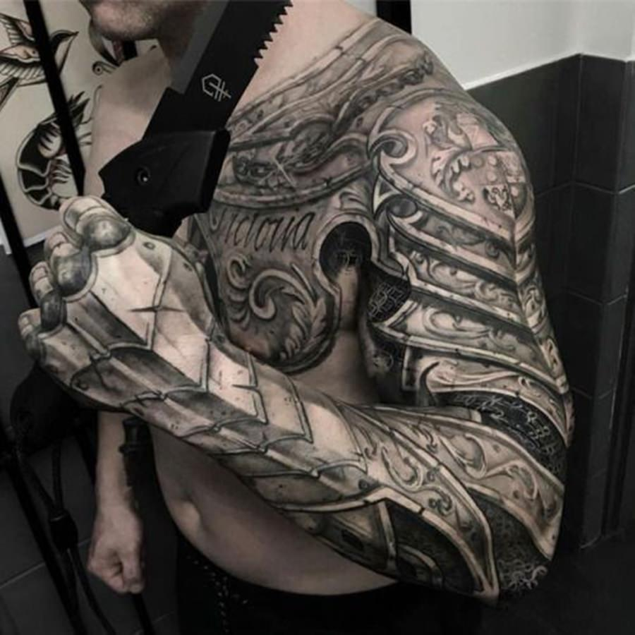 Armadura tatuada no braço todo