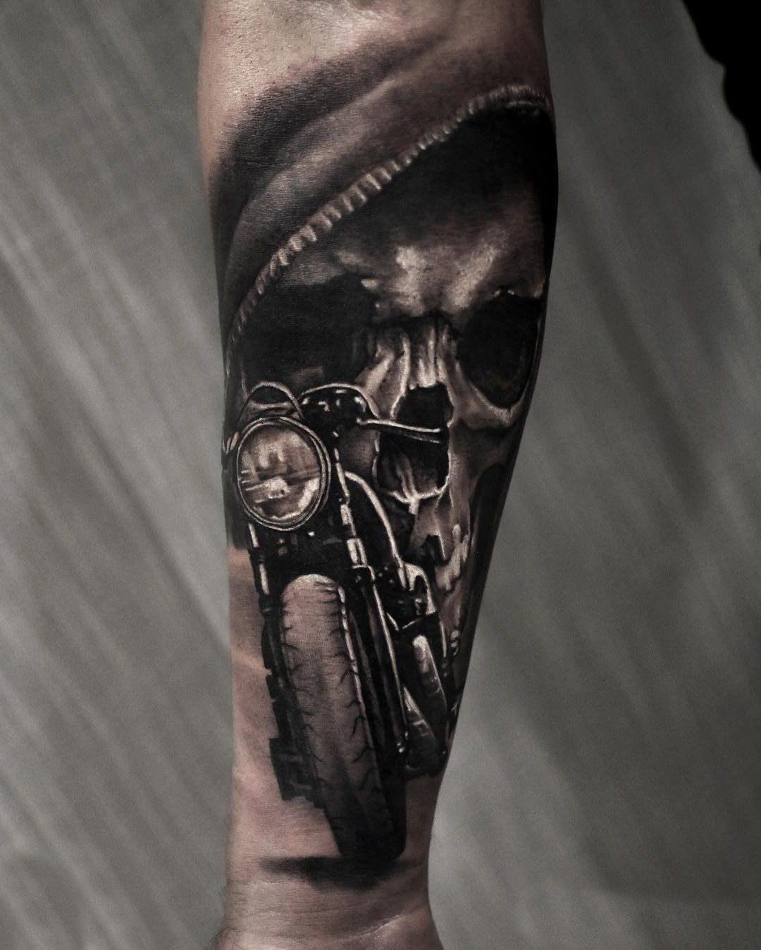 Tatuagem de moto e caveira no braço