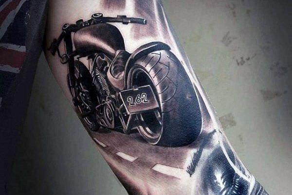 Moto irada tatuada no braço