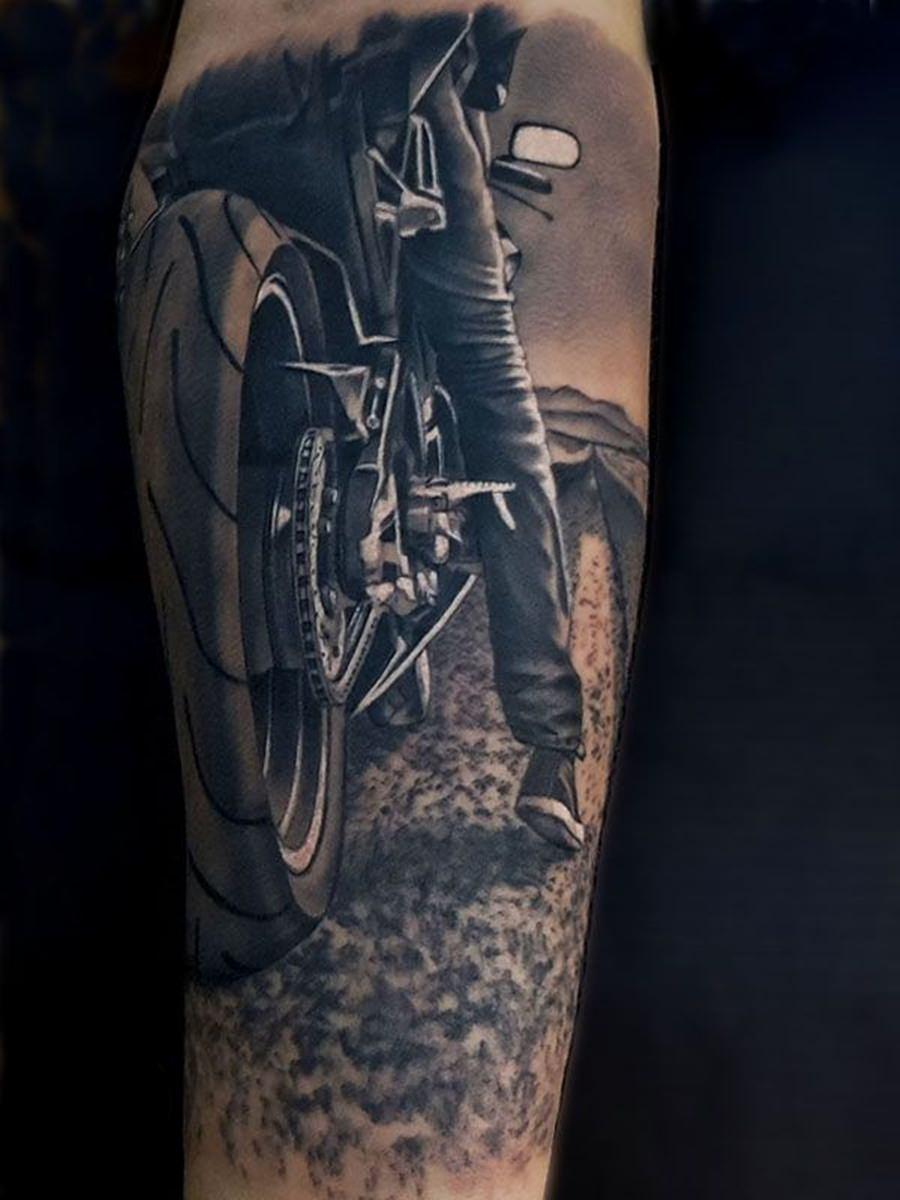 Desenho de um motoqueiro tatuado