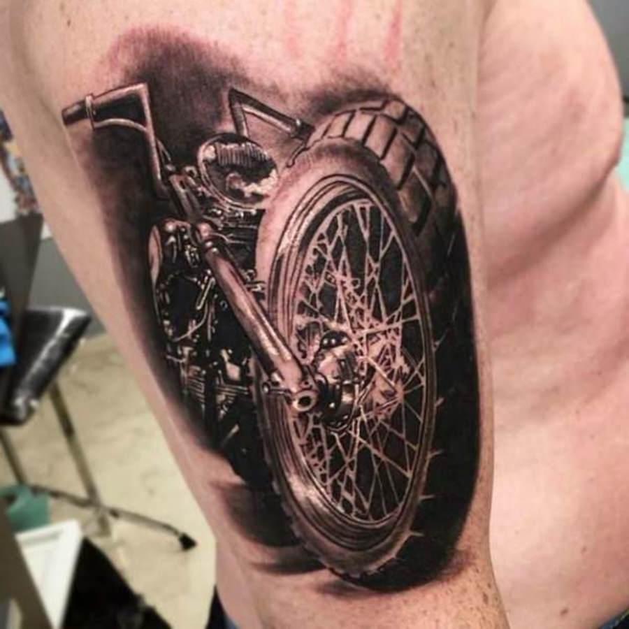 Motocicleta tatuada no braço