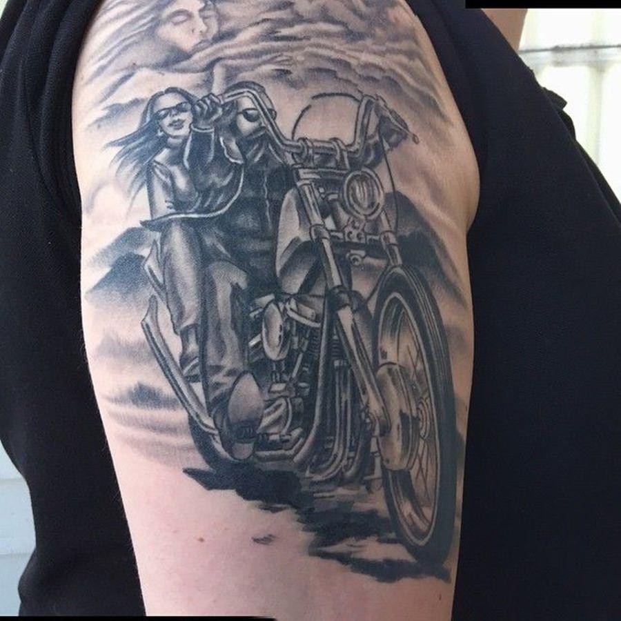 Tatuagem de motoqueiro feita no braço