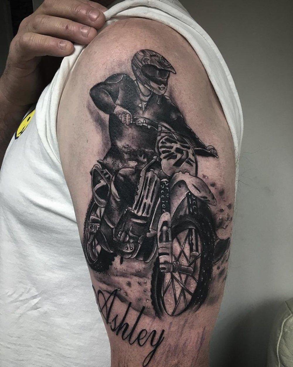 Tatuagem de moto no braço