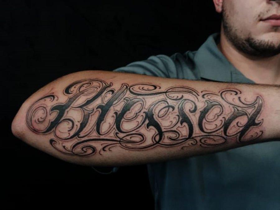 Tattoo de nome de algum familiar feita no braço