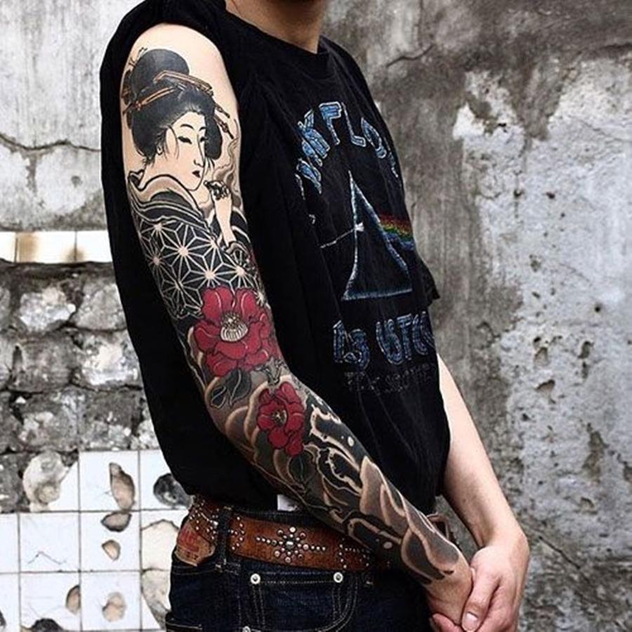 Tatuagem oriental com desenho de gueixa