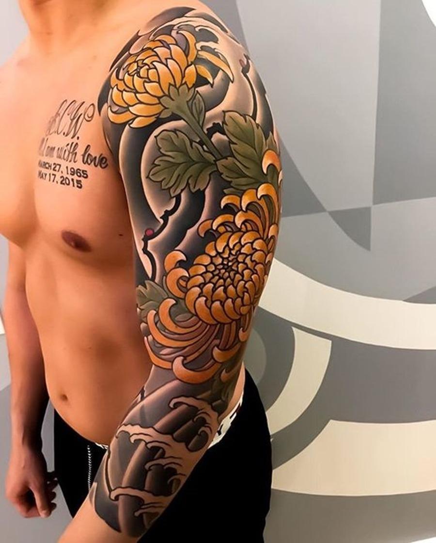 Tatuagem oriental no braço com rosas amarelas