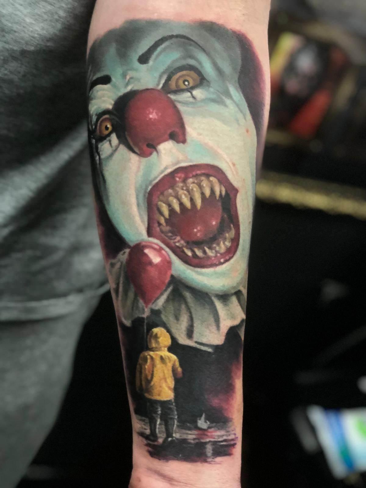 Palhaço retrô tatuado no braço