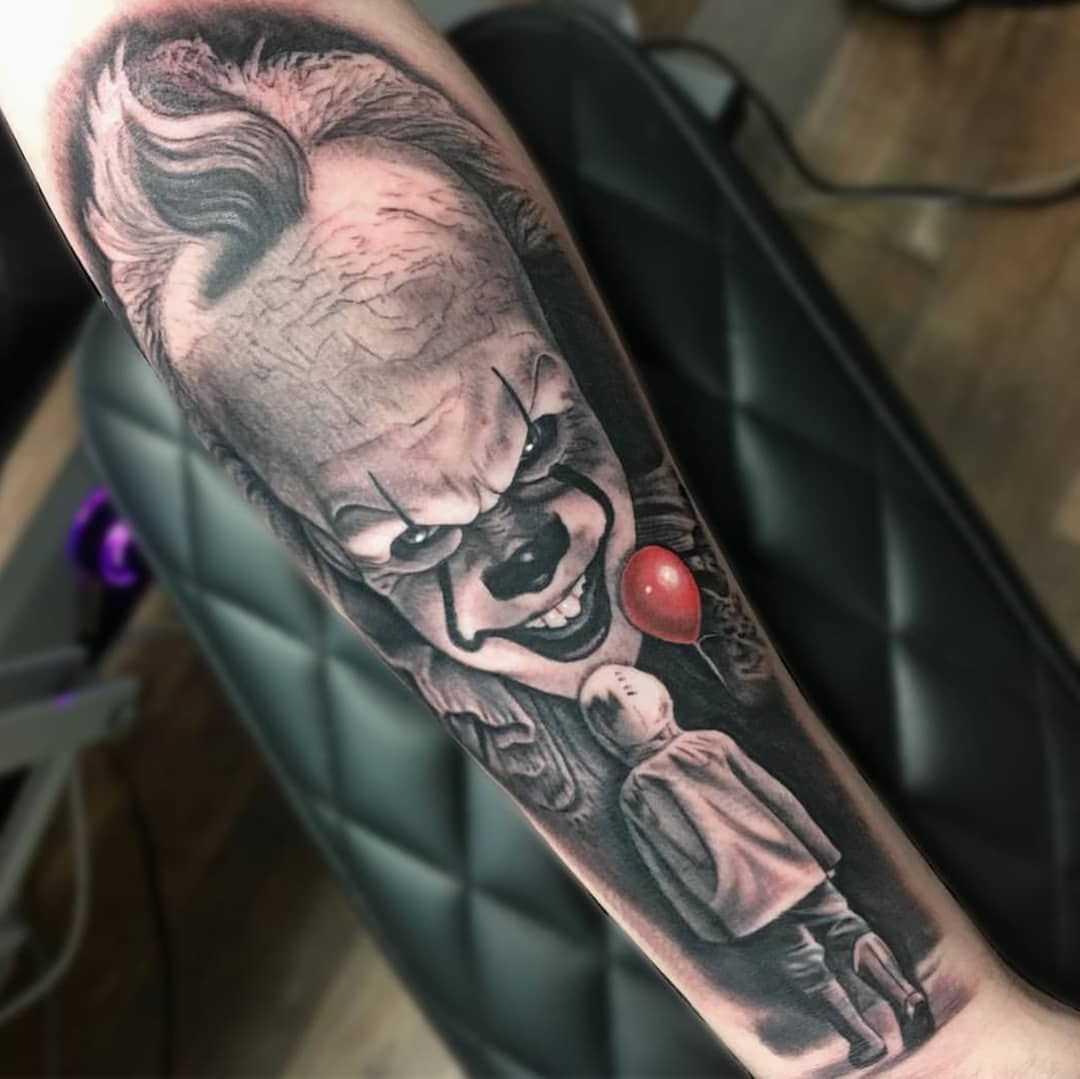 Palhaço tatuado no braço