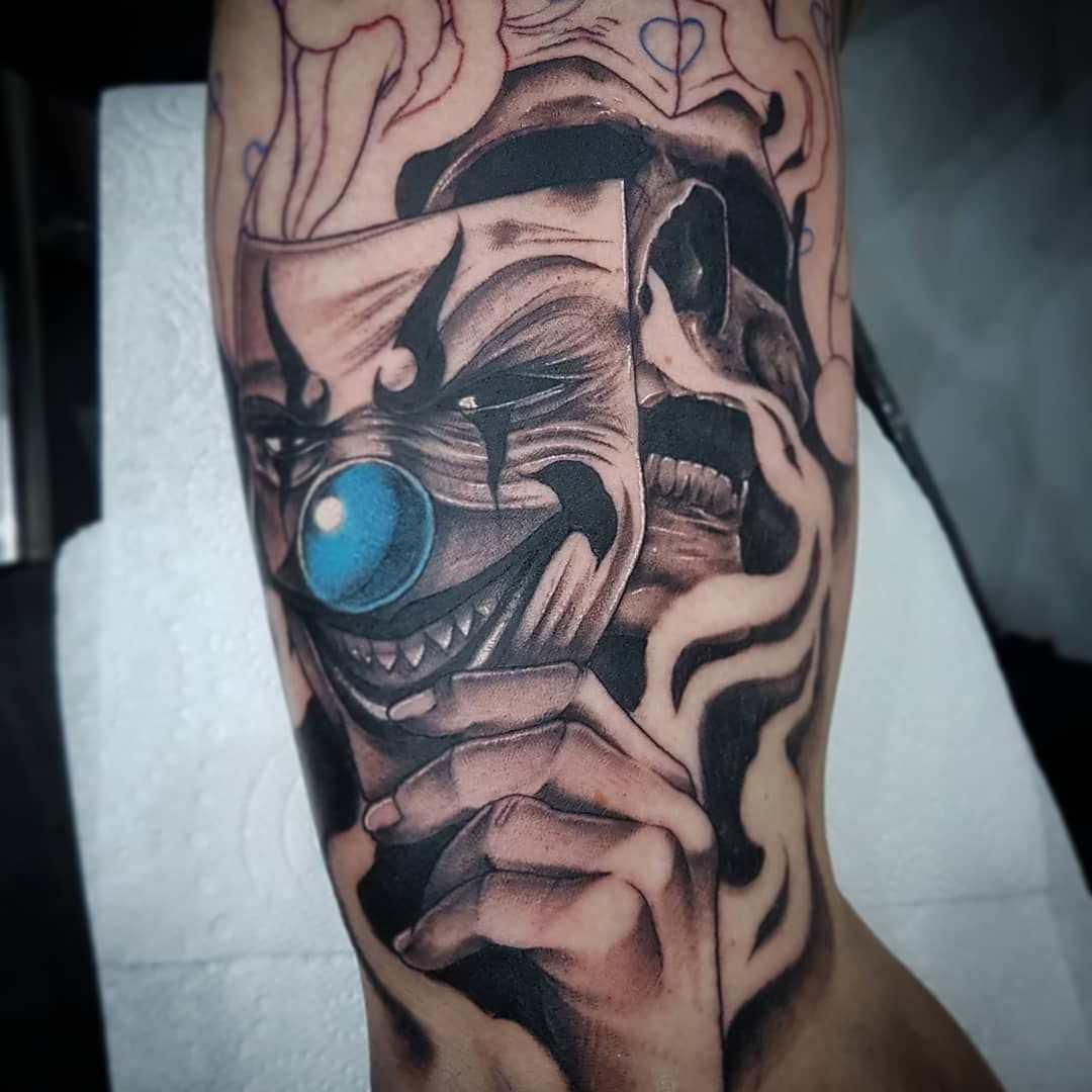 Tatuagem de palhaço mascarado