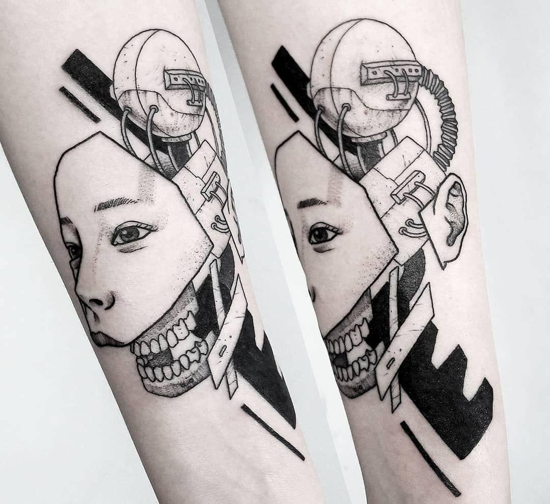 Ciborgue tatuado no braço