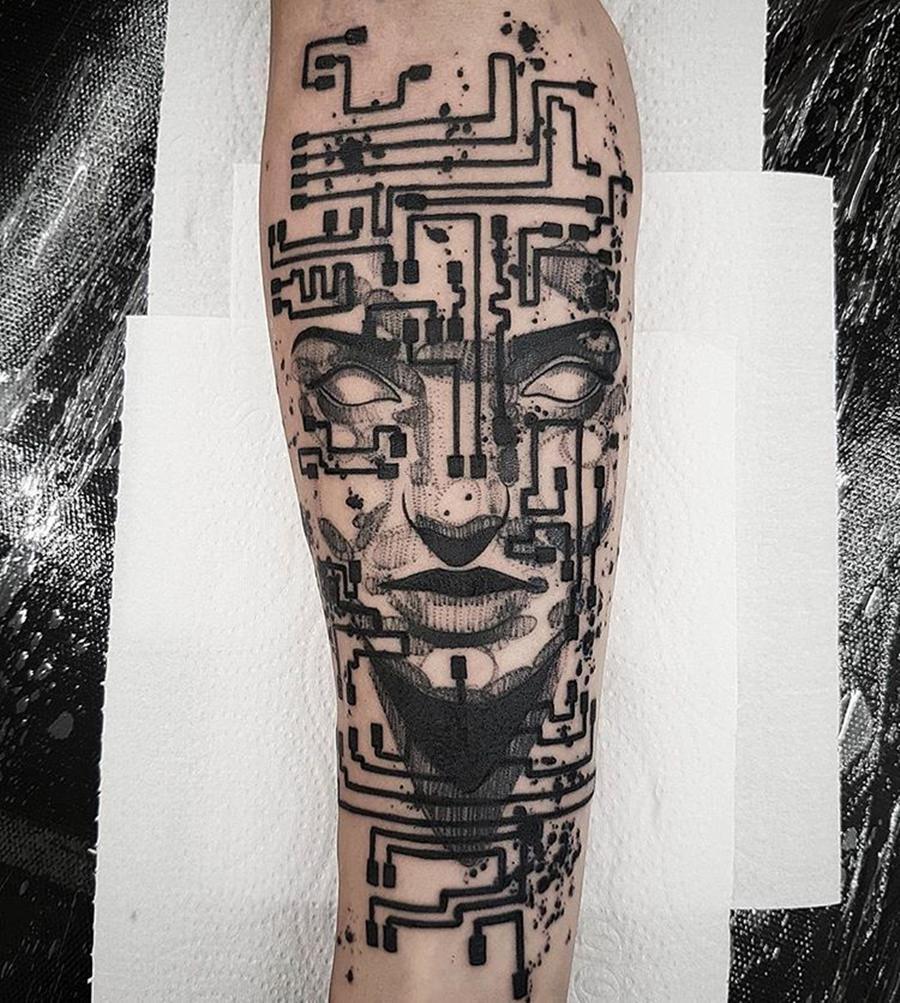 Tatoo de rosto misturado com circuitos eletrônicos