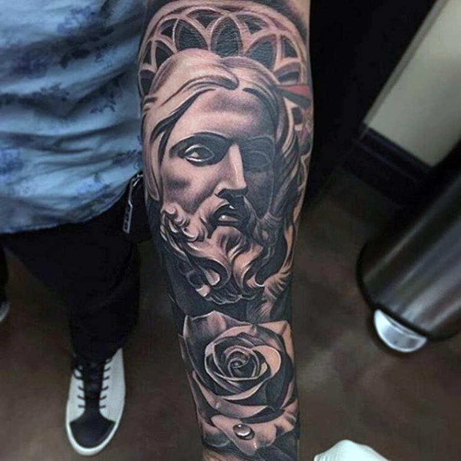 Jesus Cristo tatuado no braço
