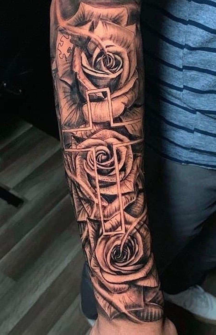 Tatoo de cruz feita no braço
