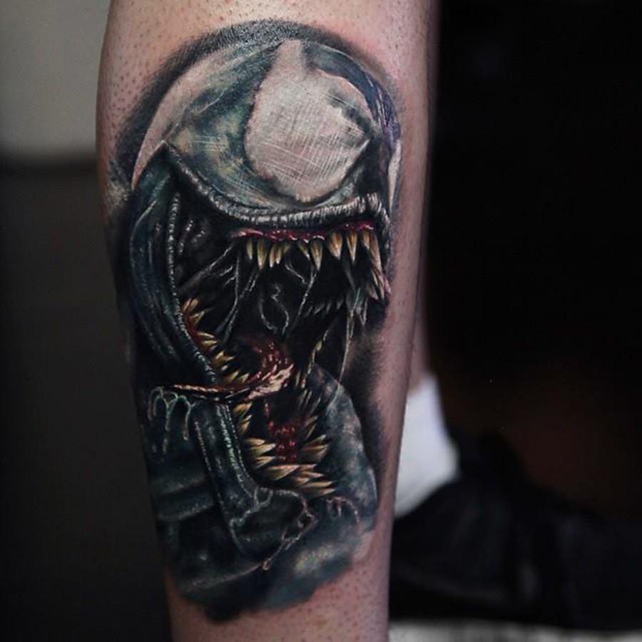 Tatuagem do Venom feita no braço