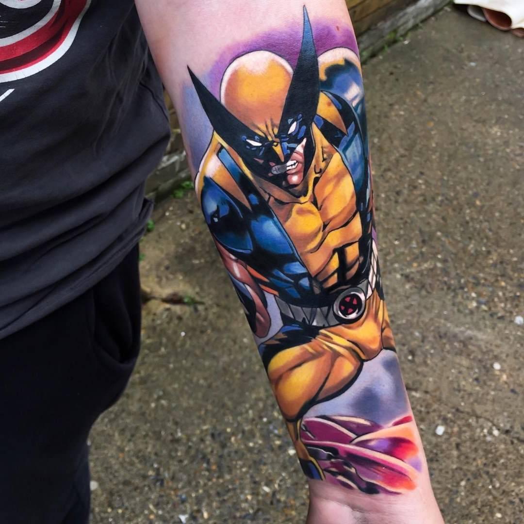 Wolverine tatuado no braço