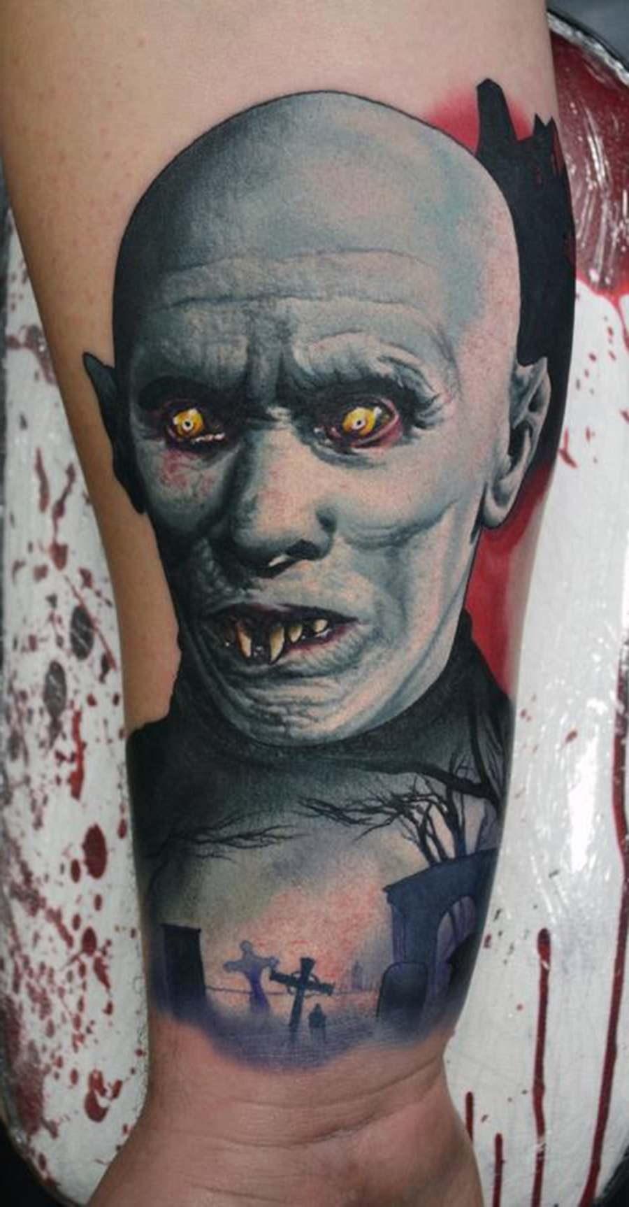 Vampiro sinistro tatuado no braço