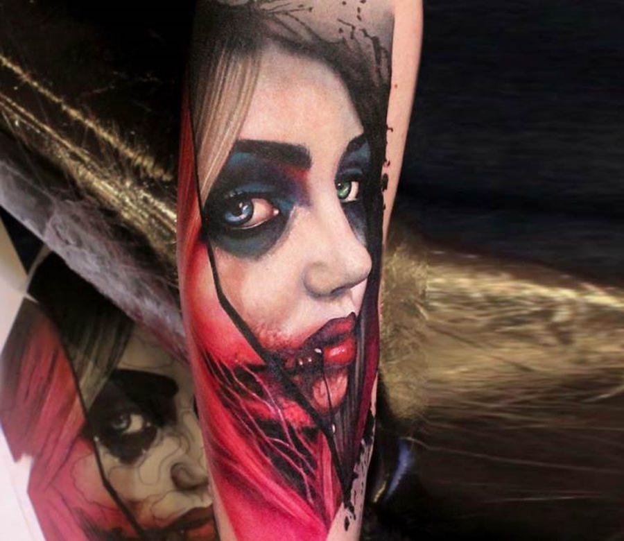 Tatuagem de vampira feita no braço bastante realista
