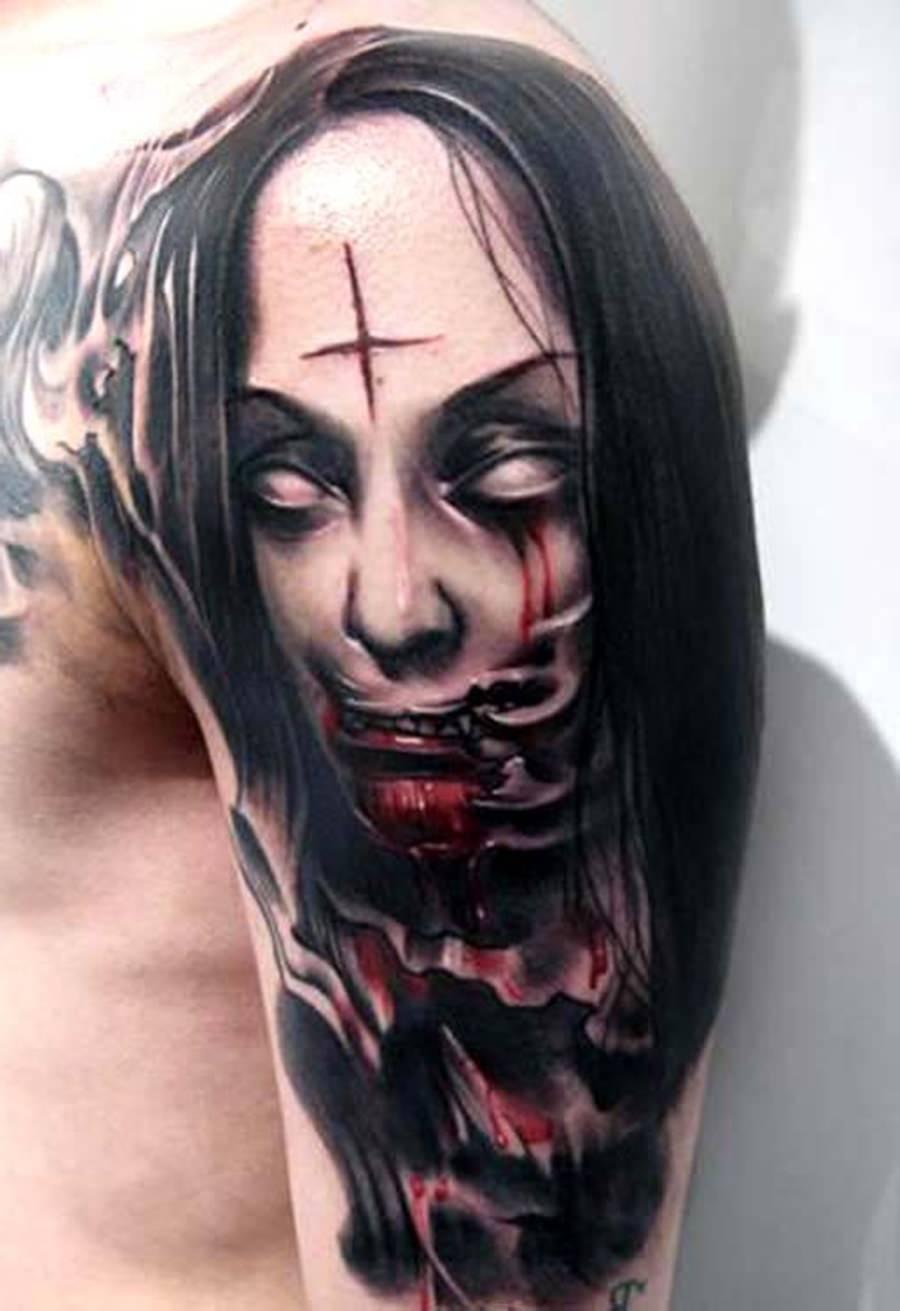 Vampira anticristo tatuada no braço