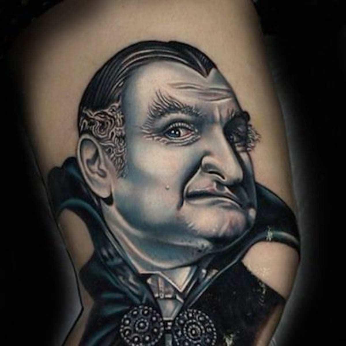 Remodelagem do Drácula tatuado no braço